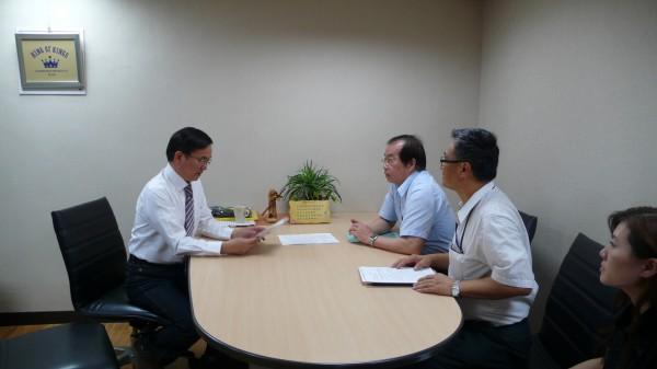立委劉櫂豪(左)今與台鐵協商增開車次。(記者黃明堂翻攝)