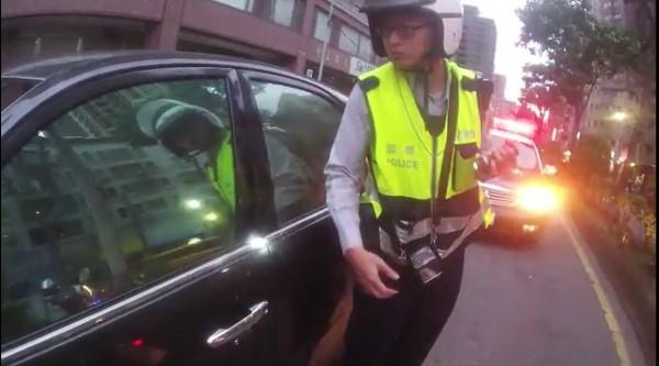 員警發現李男形跡可疑,上前盤查時,李男竟加速逃逸。(記者王宣晴翻攝)