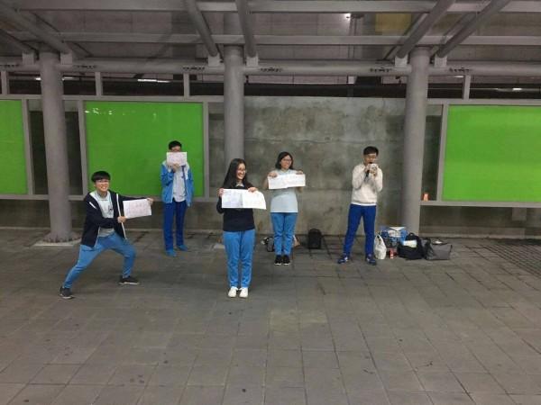 婚姻平權聲援活動也遍地開花,昨晚有6名高中生主動到桃園火車站前宣講、發傳單。(圖由秋蓉提供)