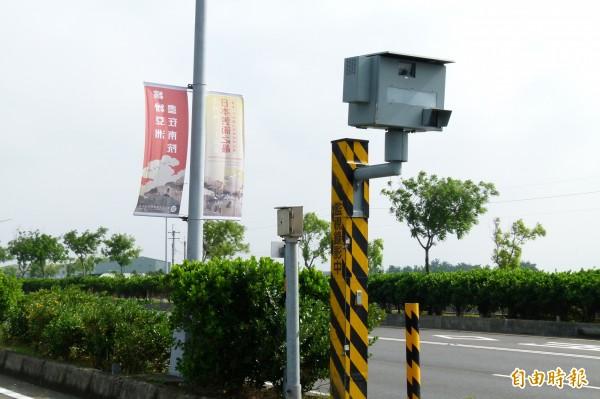 嘉義縣李姓警員開車行輕高鐵大道,被這隻測速照相機拍到違規超速。(記者蔡宗勳攝)