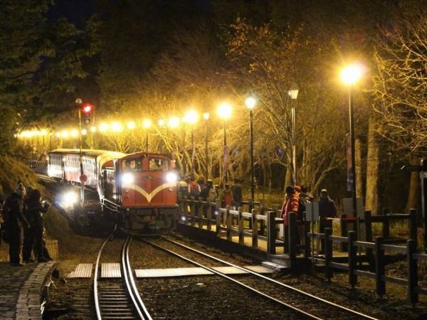 元旦上阿里山看曙光, 阿里山森林鐵路將自12月16日開放網路訂票。(圖由阿里山森林鐵路管理處提供)