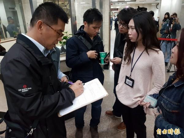 維安特勤今天下午逐一對在場採訪的媒體記者,登記姓名列冊。(記者錢利忠攝)
