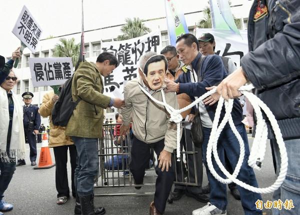 台灣國辦公室今在北檢外演出行動劇,呼籲司法單位收押馬英九。(記者陳志曲攝)