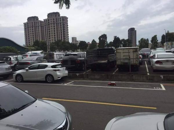 新北市林口文化三路上,1輛超小的紅色MINI模型車佔車位。(圖擷自「爆料公社」臉書專頁)