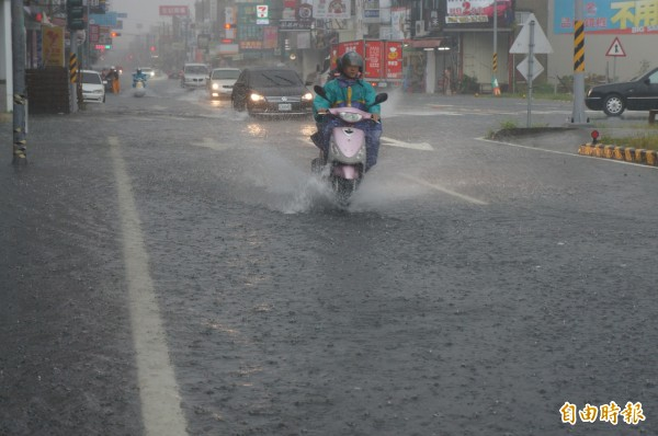 台南今年的秋天高溫多雨,南區氣象中心今指出,9到11月總雨量刷新120年來的紀錄。圖為台南大雨導致永康大灣路、崑大路等路段出現積水。(資料照,記者林孟婷攝)