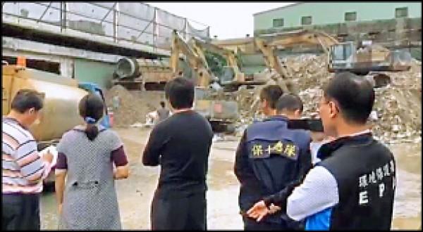 檢警從一堆隨意亂倒的廢棄物,不斷向上追查,找到廢棄物源頭來自新北市的建材行,圖為檢方到涉案的建材行辦案。 (記者顏宏駿翻攝)