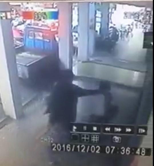 監視器畫面拍下怪男掐小學生頸部。(記者王宣晴翻攝臉書「我是新莊人」)