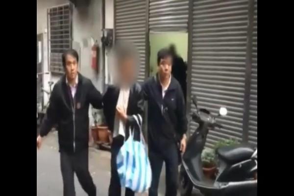 警方將涉嫌掐童的林男帶回調查。(記者游承霖翻攝)