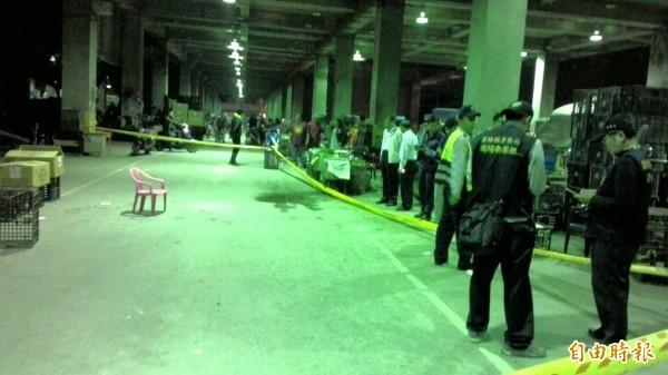 西螺果菜市場今天下午發生槍擊案,警方封鎖現場蒐證調查。(記者黃淑莉攝)