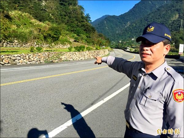 和平警分局警備隊長李有志目擊台灣黑熊過馬路。(記者李忠憲攝)