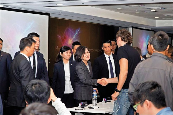 ▲總統蔡英文昨天出席「第十二屆台灣駭客年會」,並向與會者致意。(取自台灣駭客年會臉書)