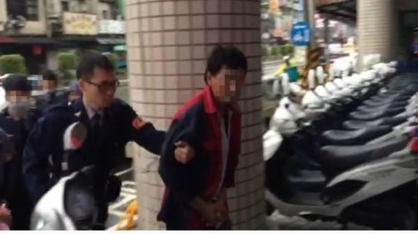 許嫌(右)遭警方逮捕。(記者陳薏云翻攝)