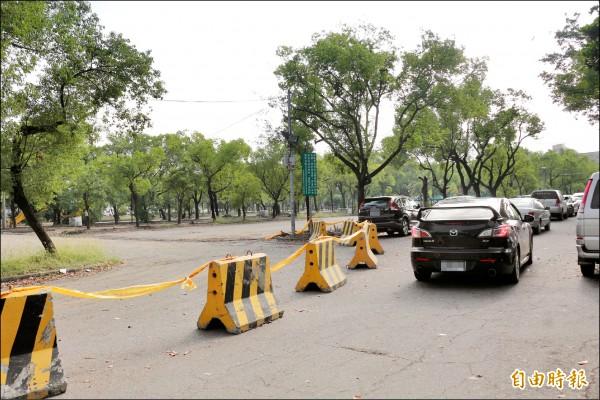 文化處停車場封閉整修,民眾為找停車位大排長龍。 (記者詹士弘攝)