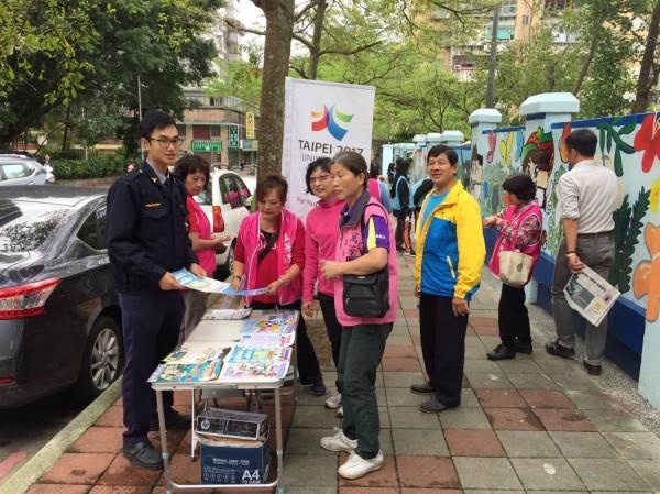 萬芳里民牆面彩繪活動,警參一咖宣導犯罪預防(記者邱俊福翻攝)