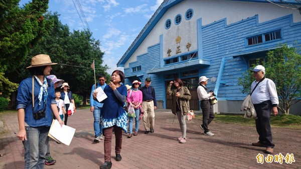 菁寮阿嬤小姐帶遊客參觀菁寮國小列入台南市歷史建築的禮堂。(記者楊金城攝)