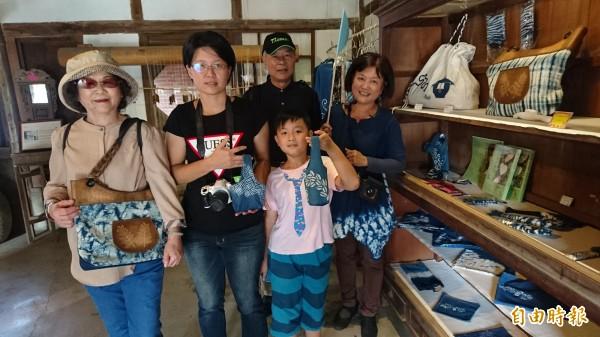 參觀墨林文物館藍染工坊。(記者楊金城攝)