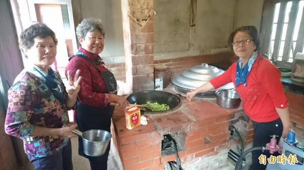 菁寮老頑童阿嬤手路菜開煮。(記者楊金城攝)
