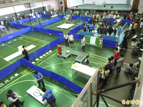 亞洲機器人運動競技大賽在虎科大熱鬧開戰。(記者廖淑玲攝)