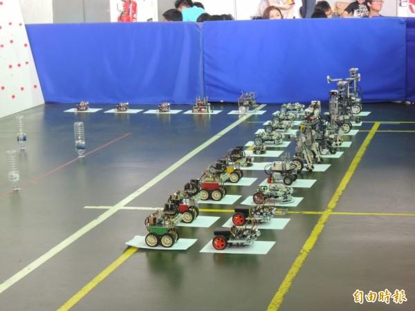參賽選手挖空心思設計機器人。(記者廖淑玲攝)