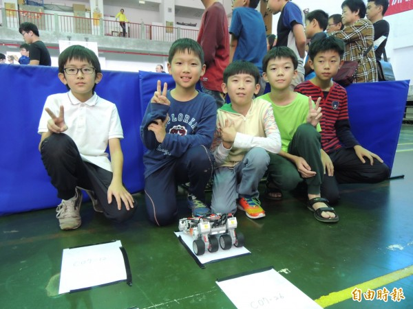 斗六地區的國小學童組隊參賽。(記者廖淑玲攝)