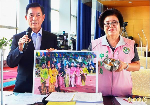 議員吳敏濟(左)、邱素貞帶著碗筷到議場,凸顯新住民與台灣的文化差異。(記者張菁雅攝)