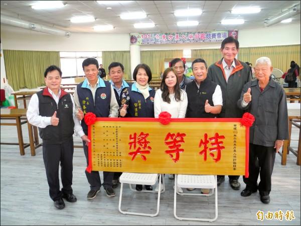 縣副縣長鄧桂菊、頭份市長徐定禎一起頒發特等獎。(記者許展溢攝)