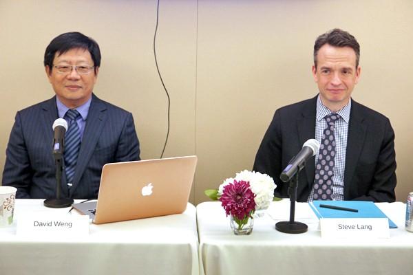 即將上任的「亞洲.矽谷計畫」執行中心投資長翁嘉盛(左)1日與國務院經濟暨商業事務局負責國際傳播與資訊政策的副協調員梁世安(右)討論「亞洲.矽谷推動方案」。(中央社)