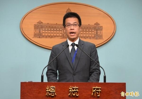 美國新任總統當選人川普今天在推特上語帶諷刺的說,「有趣的是,美國賣給台灣數十億軍事設備,而我卻不能接受一通恭賀電話」,遭到媒體各種解讀。總統府發言人黃重諺今天被問到相關問題時表示,台灣是非常倚重國際貿易的國家,英語的向下扎根有其必要性。(資料照)