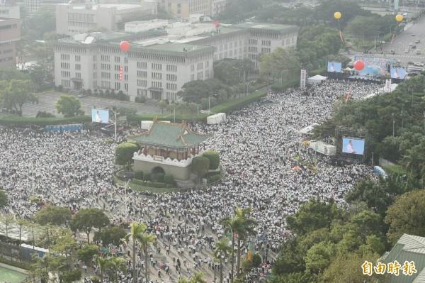 主辦方稱凱道現場已有10萬人聚集,全台共17萬人參與。(記者廖振輝攝)
