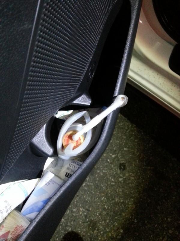 警方在車內看見毒品吸食器。(記者張瑞楨翻攝)