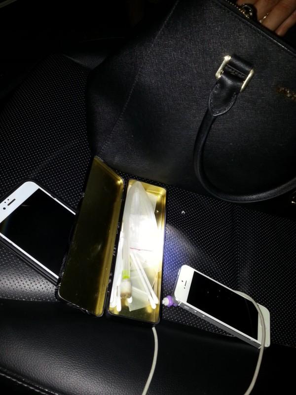 警方在車內查扣毒品。(記者張瑞楨翻攝)
