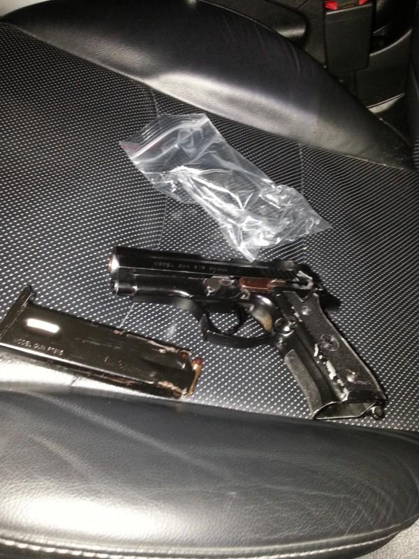 警方查獲毒品與槍彈。(記者張瑞楨翻攝)