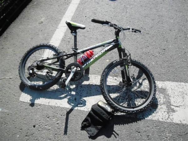 陳姓女童的自行車被撞到對向車道,安全帽、配件散落路旁。(圖由民眾提供)