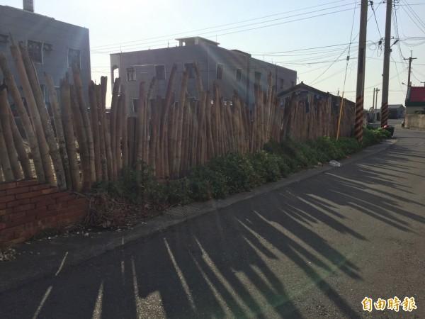 箔子寮夕陽西下時,陽光穿過竹管圍籬散發的滄桑感,常成為攝影愛好者鏡頭下捕捉的美景。(記者陳燦坤攝)