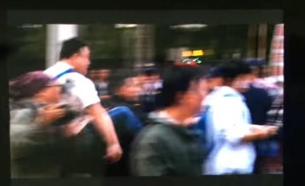盧男以飛踢方式踢踹楊男。(記者王冠仁翻攝)