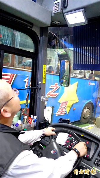 首都客運行駛國道車輛都有安裝兩側及車後視野輔助裝置,讓駕駛可透過後視鏡及監視影像掌握車輛四周狀況。 (記者鄭瑋奇攝)