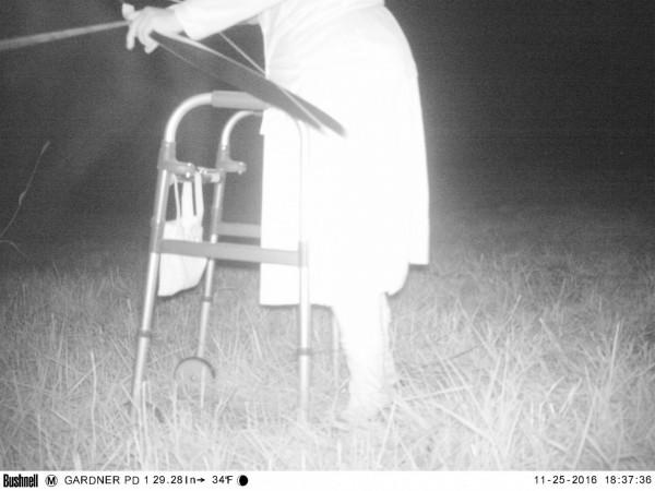荒郊野外竟然有老人拄著助步器經過。(圖擷自「Gardner Police Department」臉書)