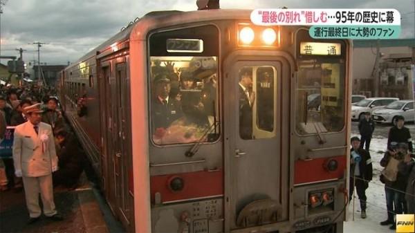 JR北海道留萌線留萌站至增毛站這一段16.7公里長的路線在今晚廢線,許多當地居民、鐵道迷都前來送行。(圖擷取自FNN)