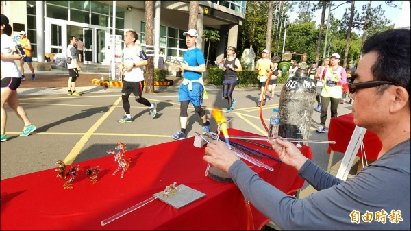 玻璃大道讓跑者看見竹市大師製作玻璃的技術。(記者蔡彰盛攝)