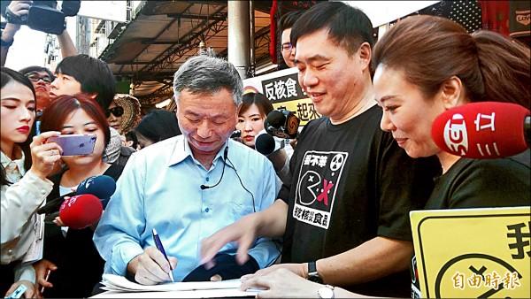 前衛生署長楊志良現場連署簽名,挺公投。 (記者陳紜甄攝)