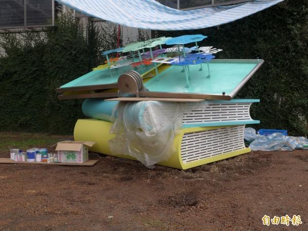 公共藝術作品「打開想像」設置在四樓戶外露台草坪。(記者李雅雯攝)