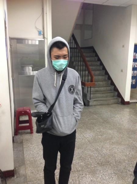 警方逮取款20歲許姓車手。(記者姚岳宏翻攝)
