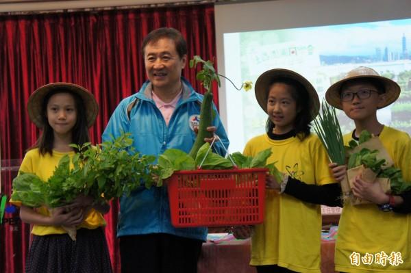 小小神農贈送自種蔬菜給副市長陳景峻。(記者黃建豪攝)