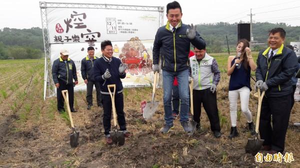 新竹市長林智堅視察場地的同時,自己親手挖土做窯,先體驗一下小時候焢窯樂趣。(記者洪美秀攝)
