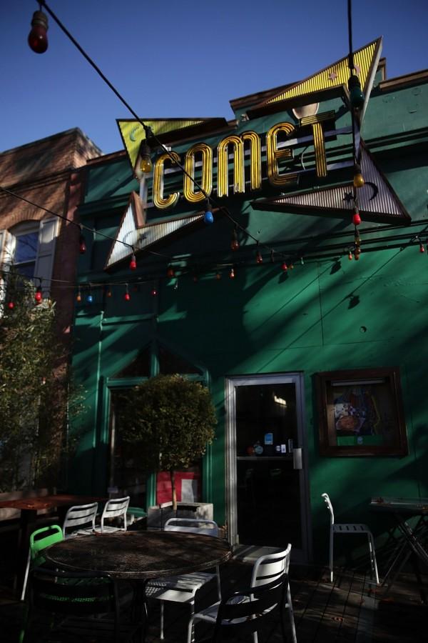 華盛頓特區一間披薩店「彗星乒乓」,一名男子誤信「披薩門」抹黑希拉蕊的假新聞後,持步槍闖入恐嚇射擊。(法新社)