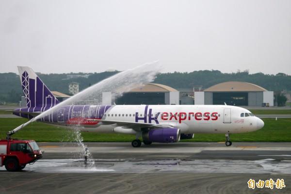 由香港快運航空HKexpress負責的花蓮─香港包機首航班機,今天下午順利抵達花蓮機場。(記者王峻祺攝)