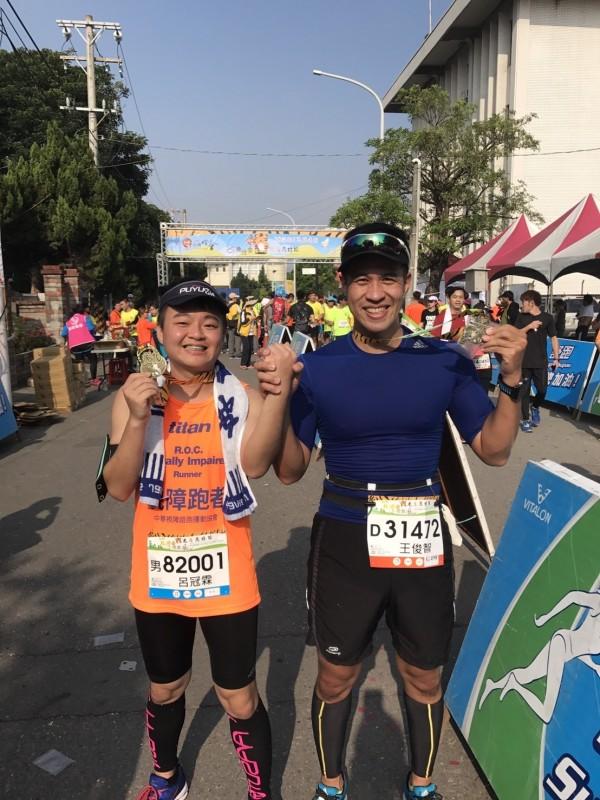 警員王俊智助視障生呂冠霖一圓馬拉松金牌夢。(記者徐聖倫翻攝)
