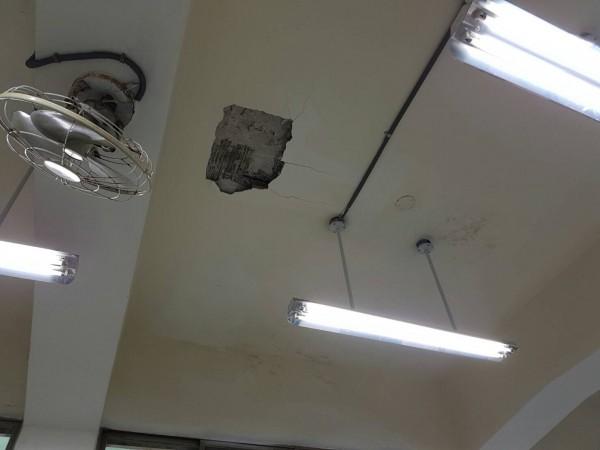 北市敦化國小的四年級教室,其天花板突然破洞,幸好學生不在教室,但已引起學生恐慌。(北市議員陳孋輝提供)