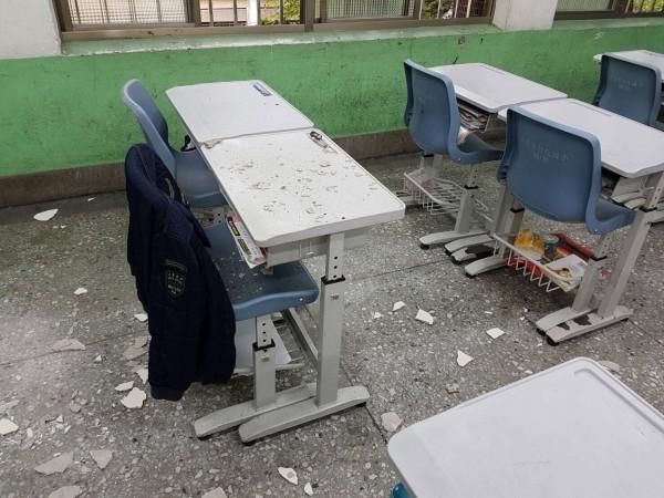 北市敦化國小的四年級教室,其天花板突然破洞,碎片散落滿地,還波及到學生桌椅。(北市議員陳孋輝提供)