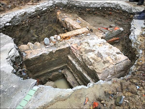 台北地院底層下發現清代文資書院「番學堂」,建築的建材遺構排列整齊。(圖:北市文化局提供)